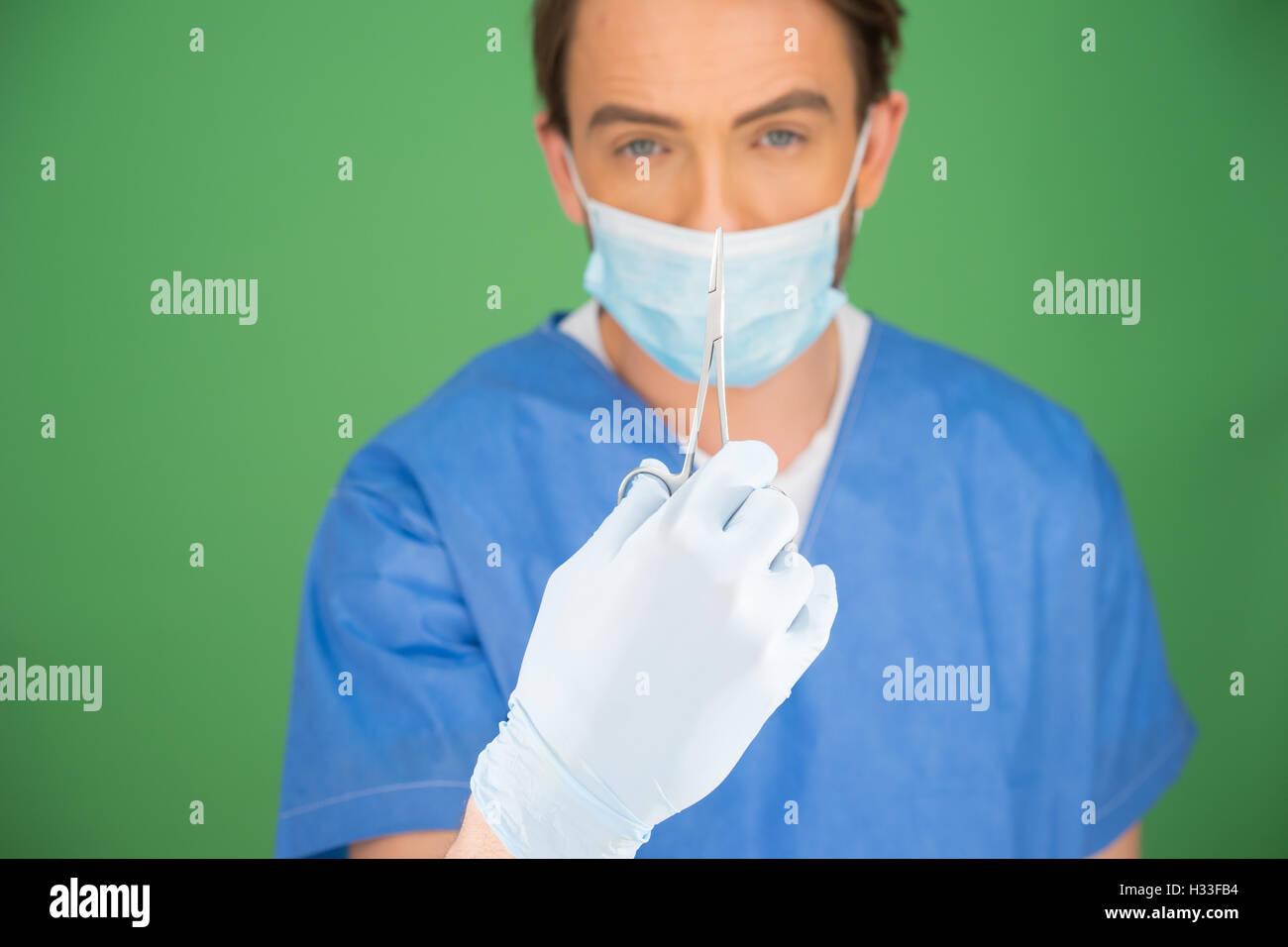 Enfermero o médico con un par de pinzas Foto de stock