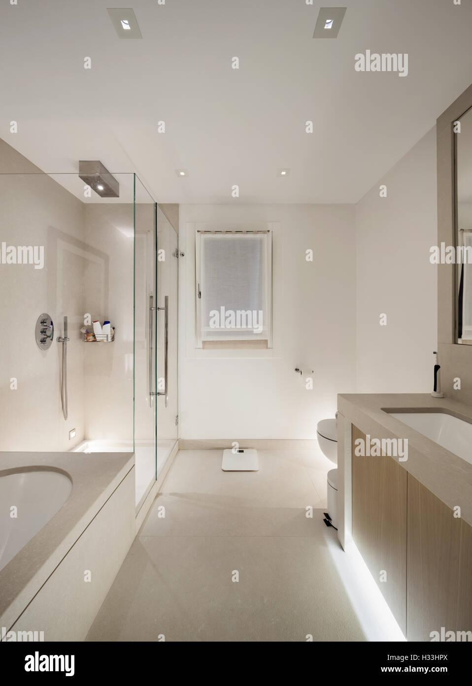 Interior blanco, moderno cuarto de baño, ducha de vidrio Foto ...