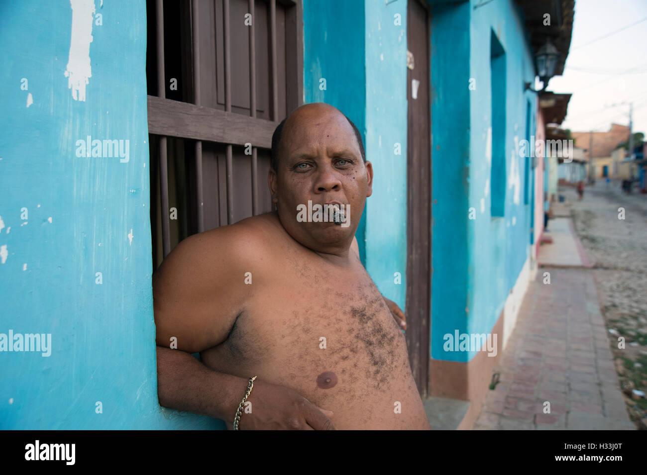 Un Hombre Cubano Portly Chested Desnuda Se Inclina Contra Una Pared