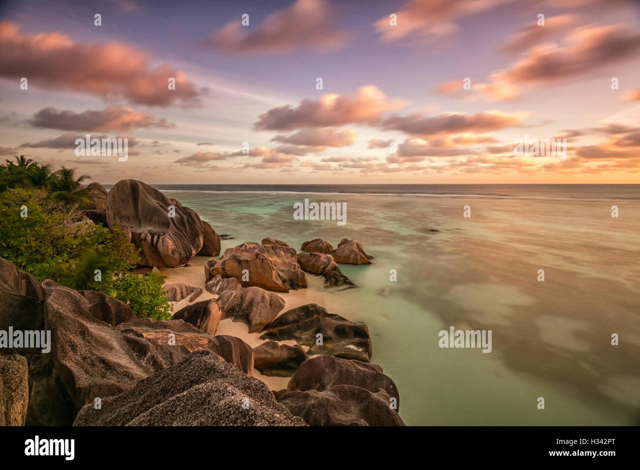 Hermosa playa tropical de Seychelles Anse Source D Argent En La Digue island en Sunset Imagen De Stock