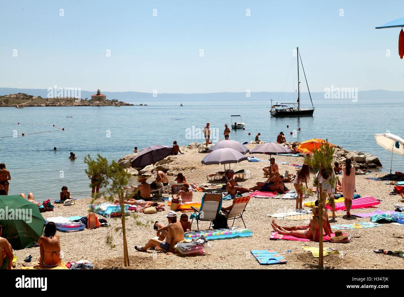 La ciudad debajo de la montaña de Biokovo y el mar Adriático ofrece hermosas playas Imagen De Stock