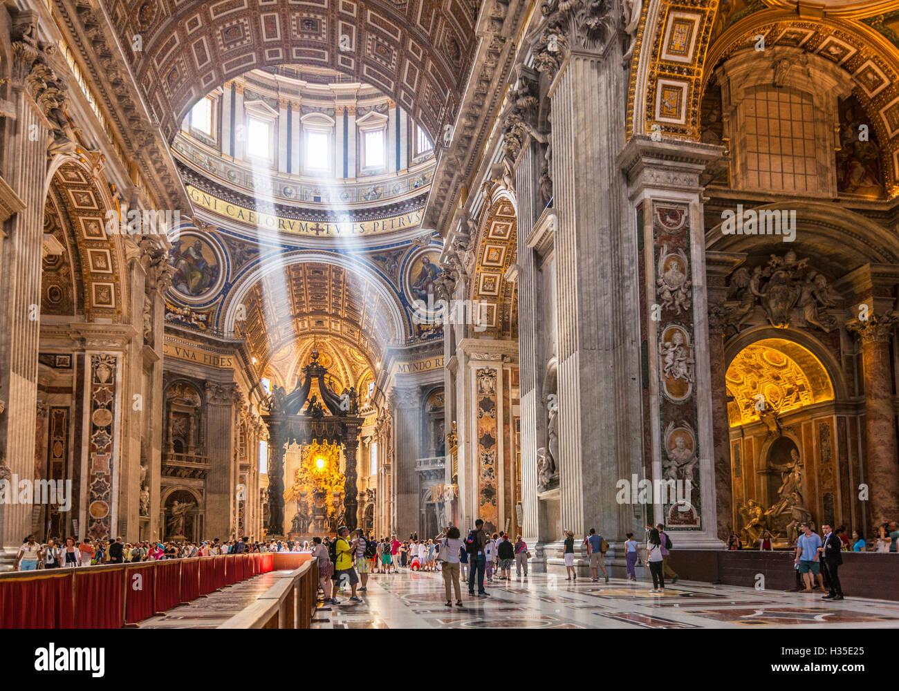 Interior de la Basílica de San Pedro con los ejes de la luz que entra a través de la cúpula del techo, Imagen De Stock