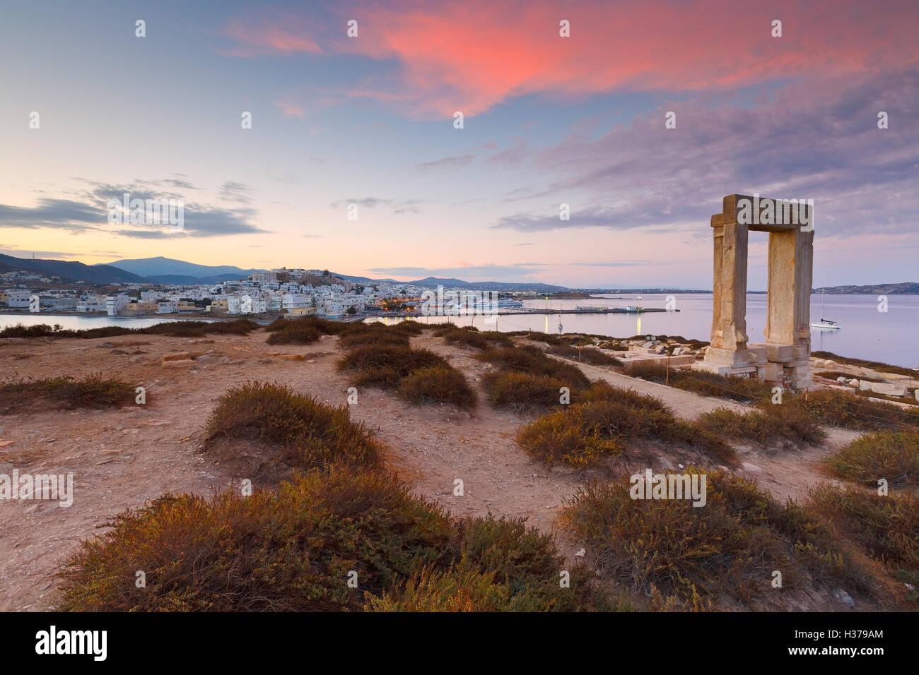 Vista de Portara y restos del templo de Apolo en el amanecer. Imagen De Stock
