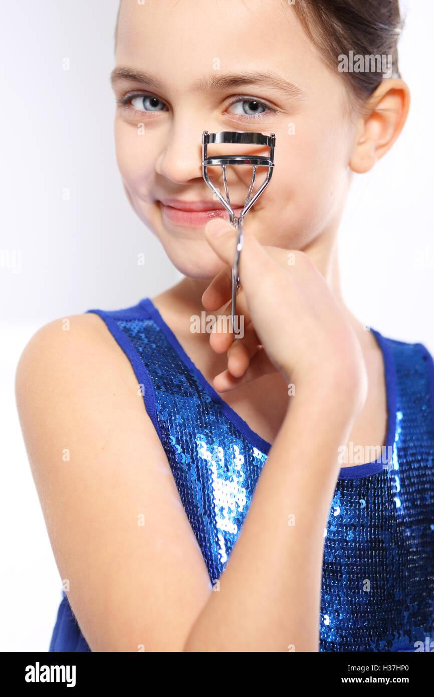 Chica con el Rizador de pestañas para overclocking
