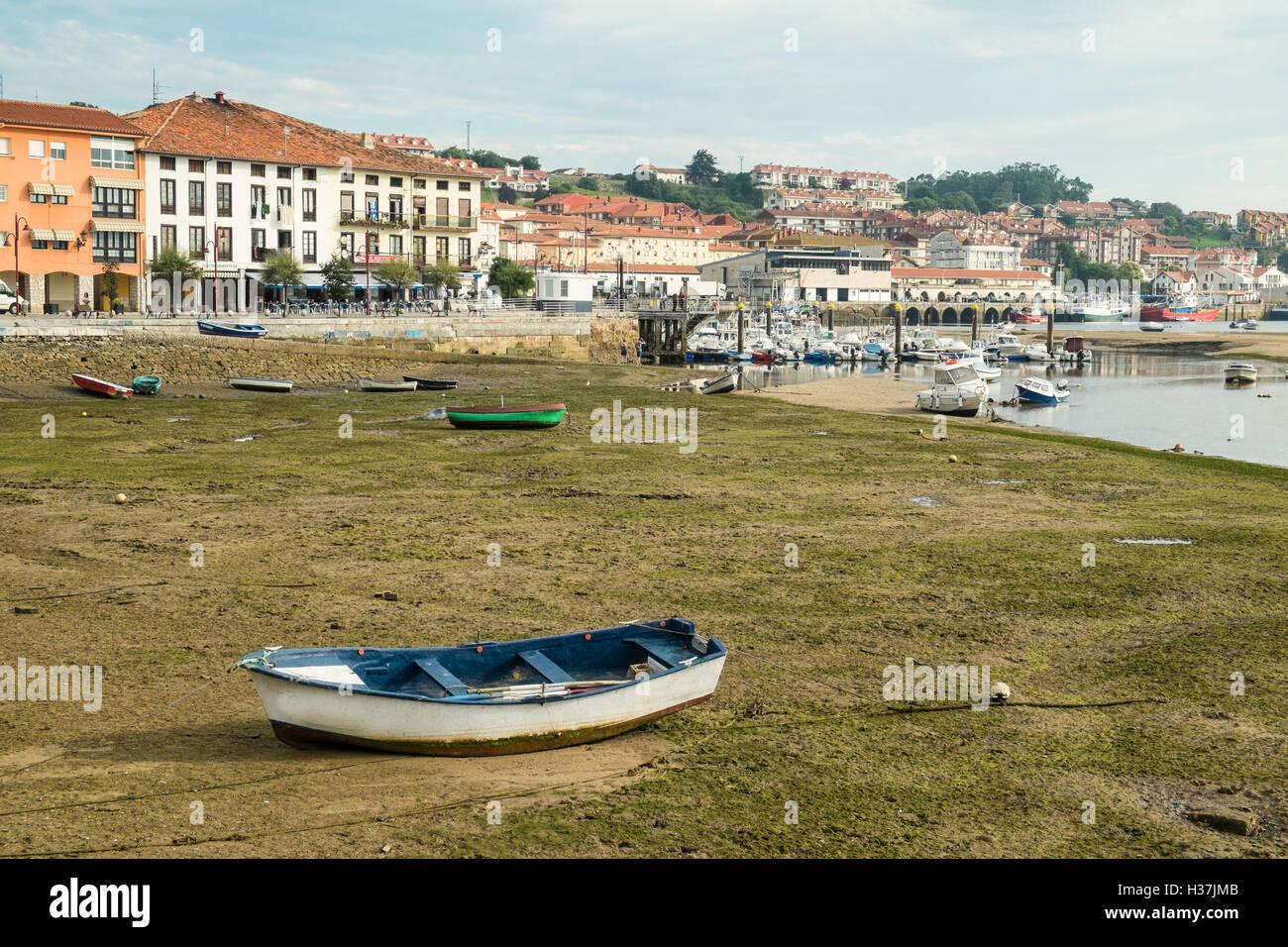 San Vicente De La Barquera Puerto Pesquero Tradicional En La Marea Baja Santander España Fotografía De Stock Alamy