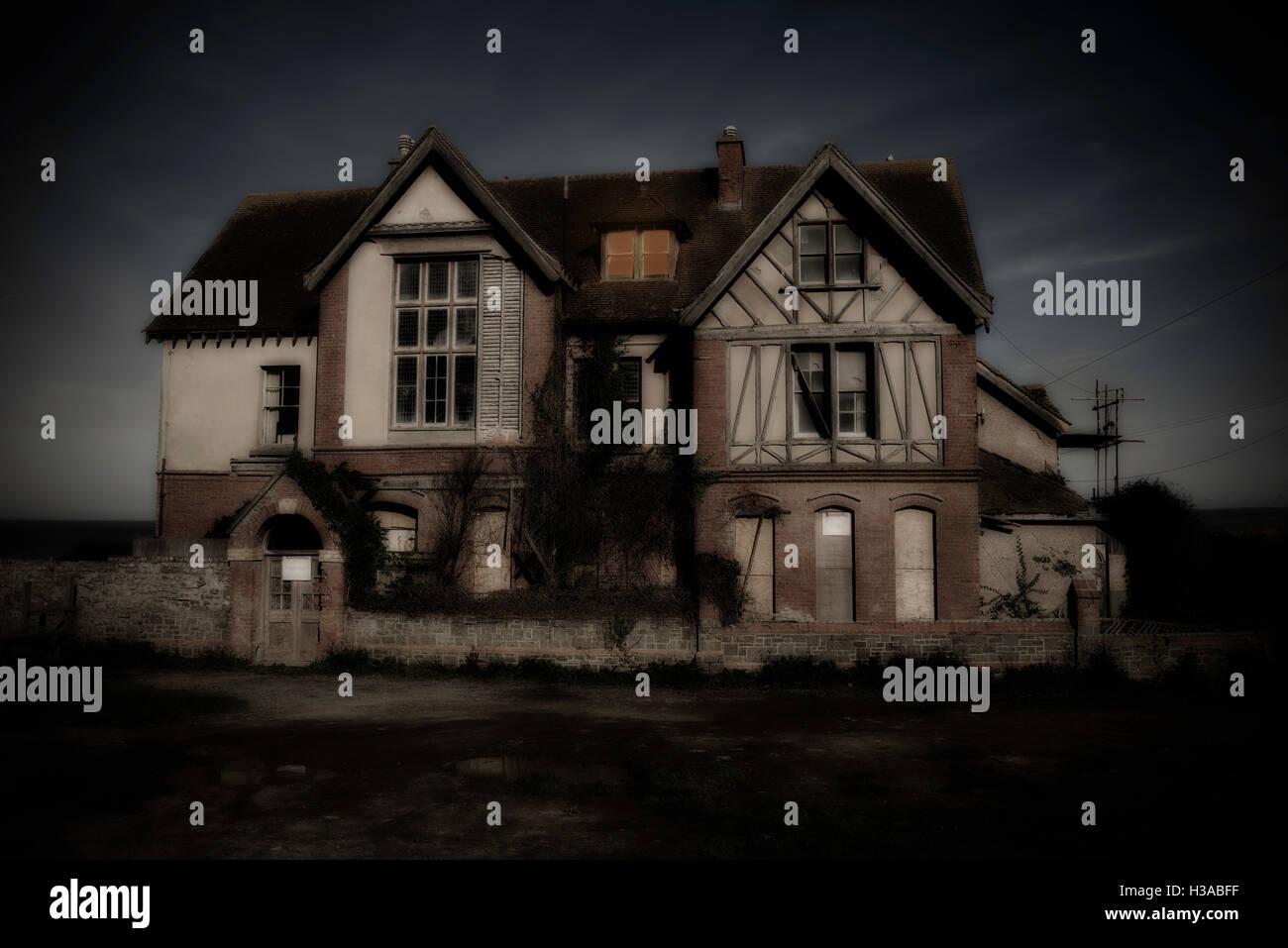 Un escalofriante y abandonados en busca casa embrujada Imagen De Stock