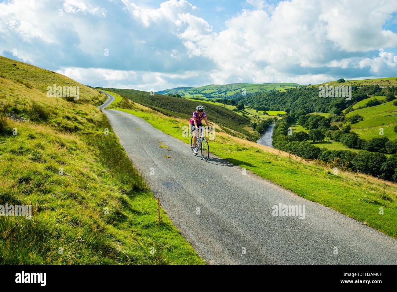Ciclista femenina en Fairmile Lane en la Lune Gorge Cumbria Inglaterra Imagen De Stock