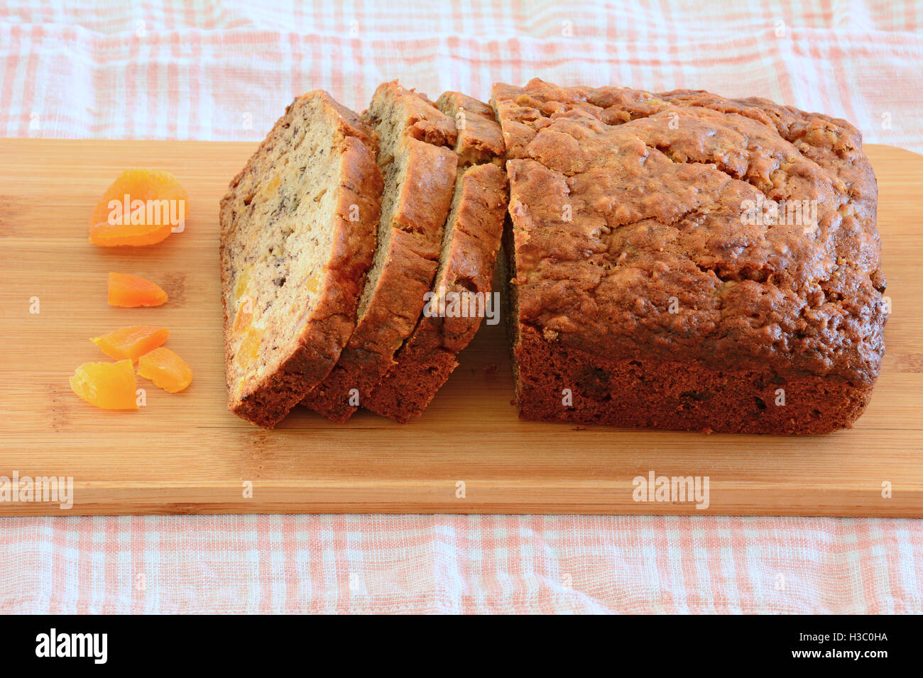 Recién horneados pan de banana con dulce de albaricoque piezas en formato horizontal Imagen De Stock