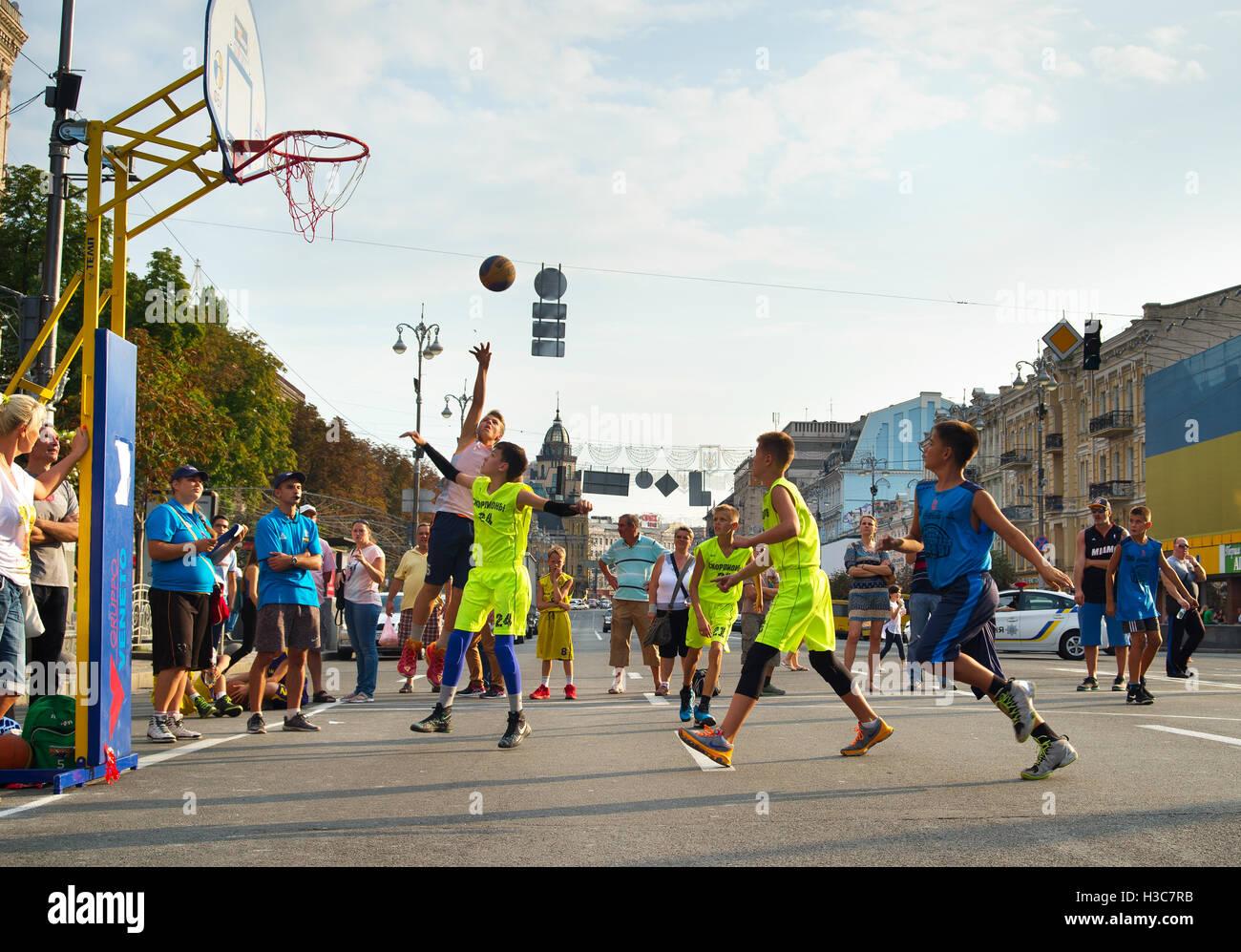 Adolescentes jugando baloncesto durante el streetball ucraniano 3x3 campeonato. Imagen De Stock