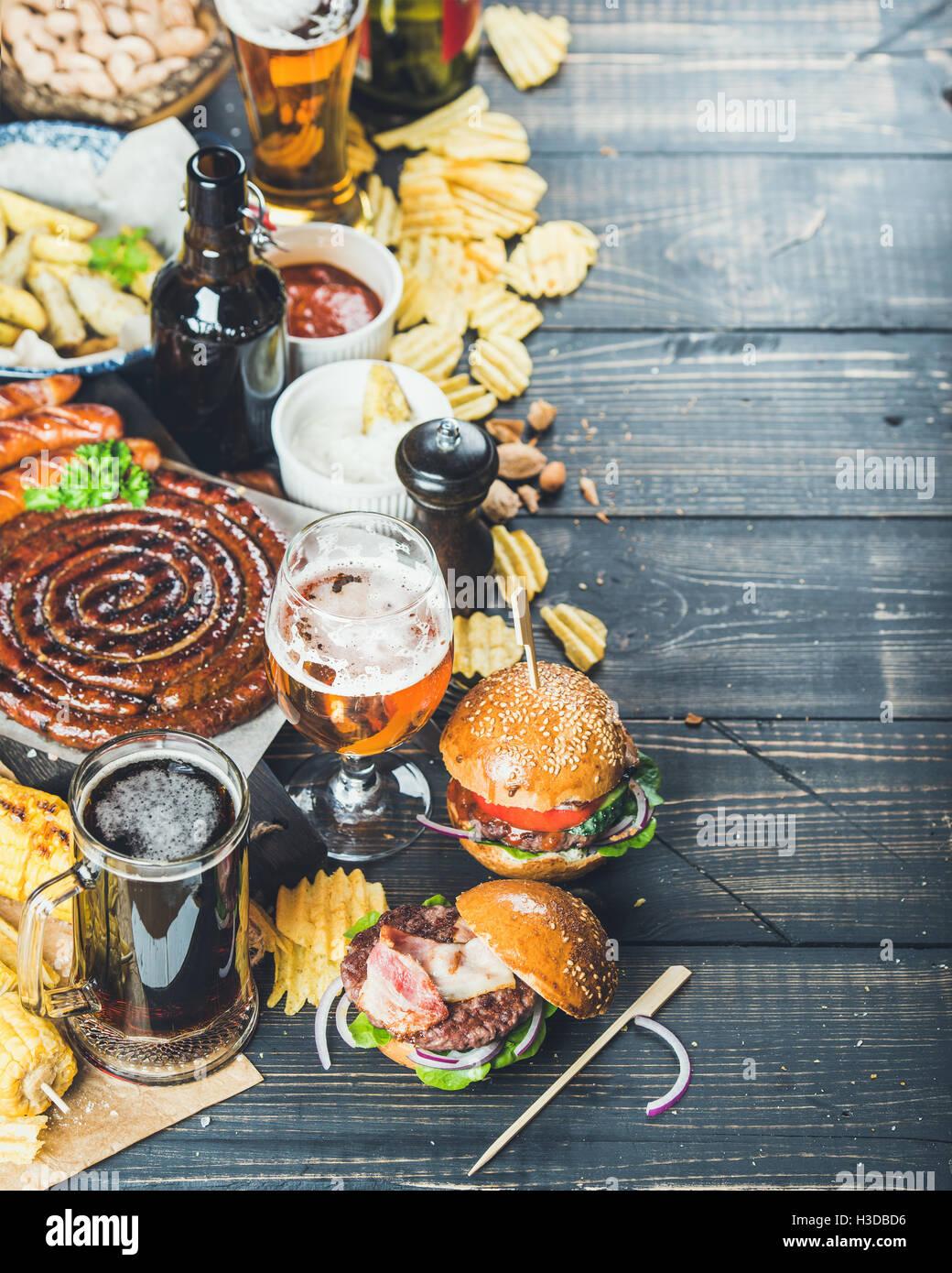 Oktoberfest cerveza y tapas en fondo oscuro, espacio de copia Imagen De Stock