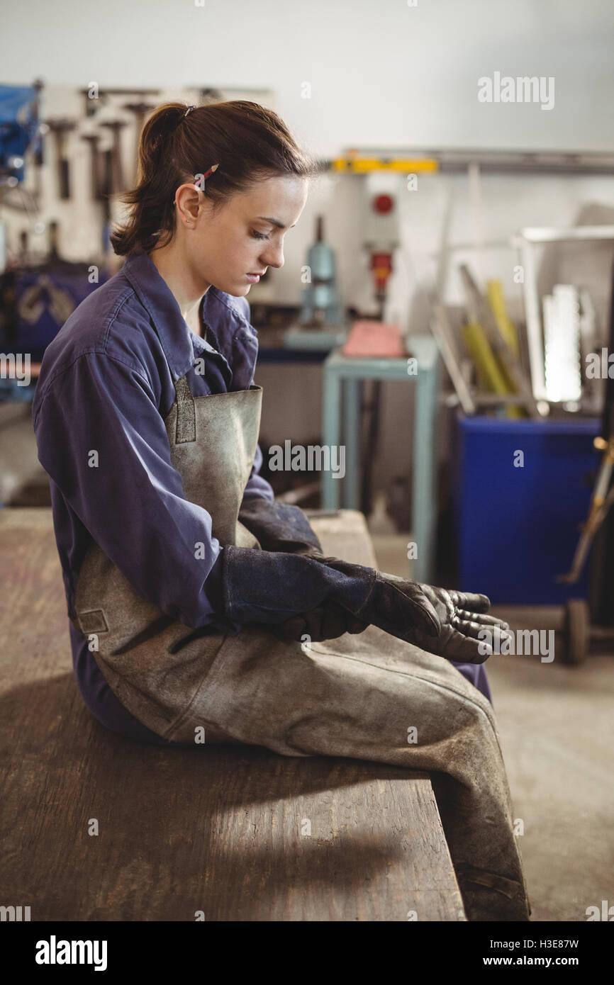 Mujeres vistiendo guante soldador Foto de stock