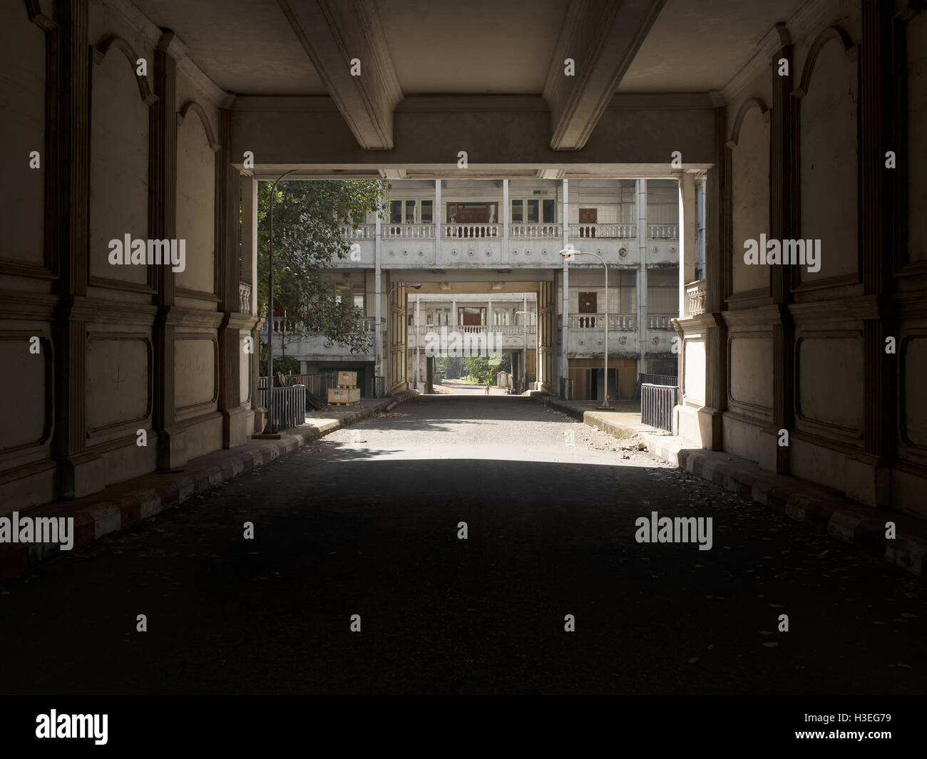Mirando a través de un túnel de un antiguo hospital abandonado en la arquitectura colonial británica Imagen De Stock