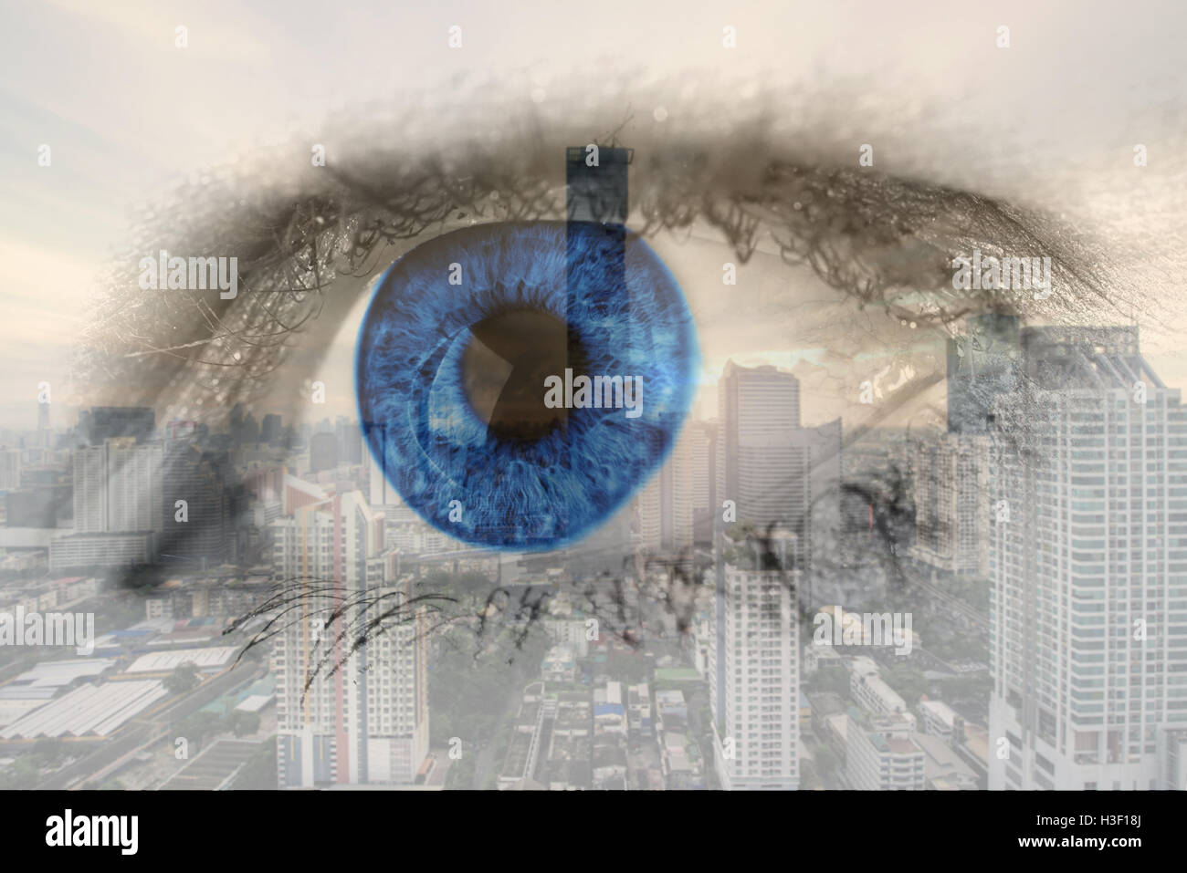 Exposición doble imagen del ojo humano con el centro de negocios del distrito de la ciudad de Bangkok. Concepto Imagen De Stock