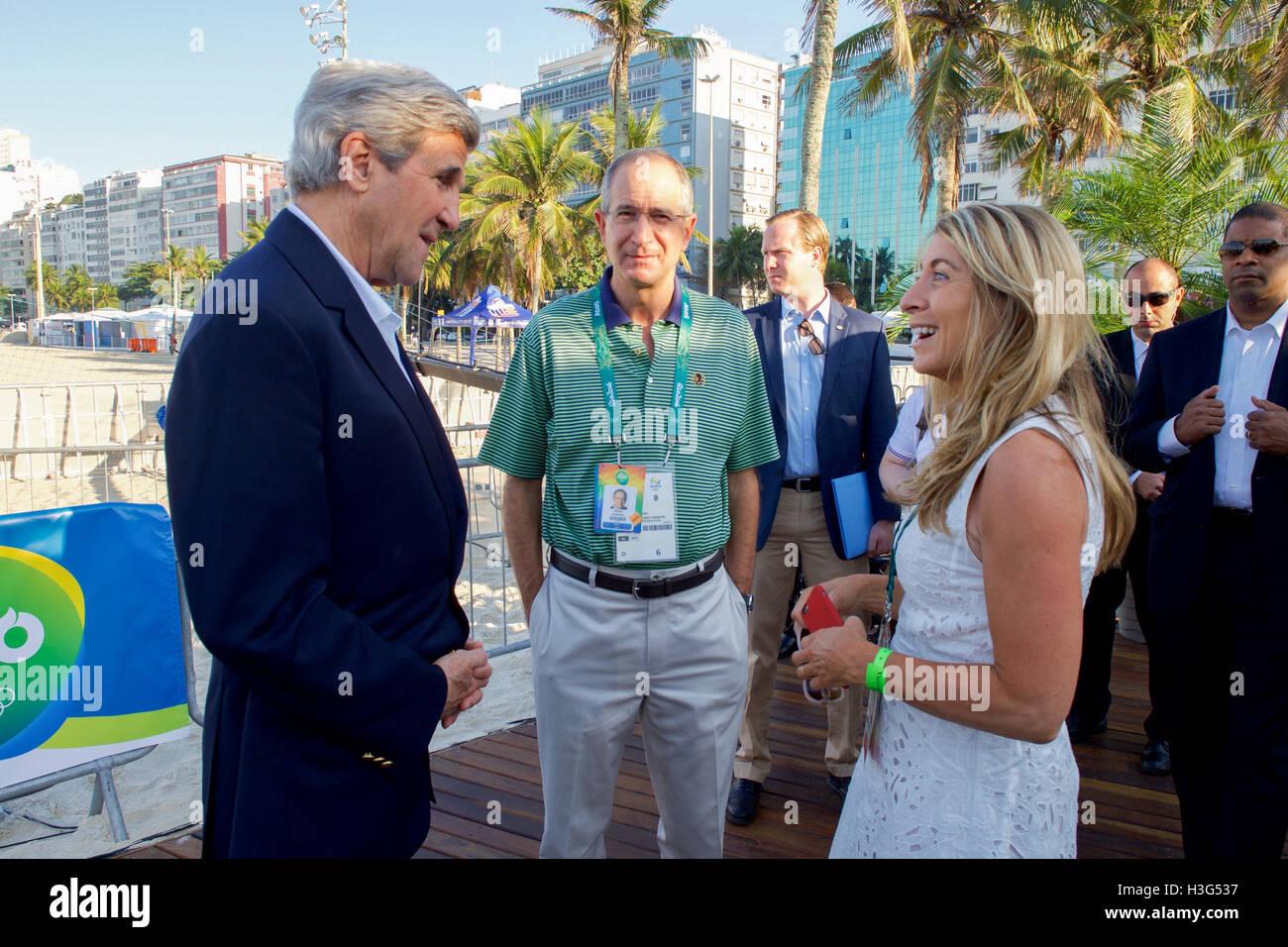 El Secretario de Estado de Estados Unidos, John Kerry, conversa con el Presidente de Comcast, Brian Roberts y NBC Foto de stock