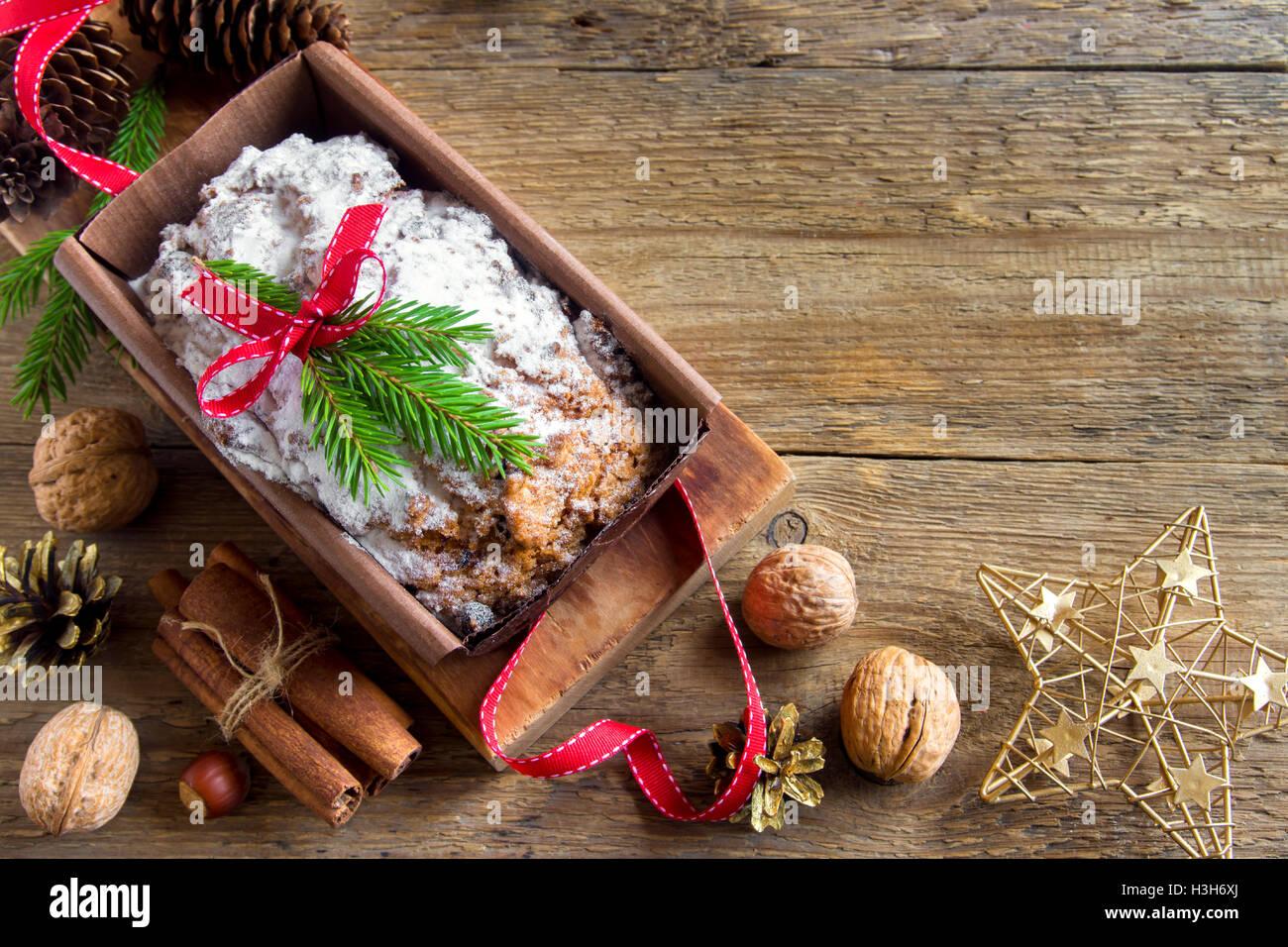 Fruitcake tradicional de Navidad con decoración y adornos navideños caseros - pasrty Imagen De Stock
