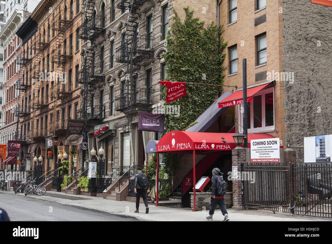 East 53rd Street, entre las avenidas segunda y tercera se ha mantenido un bloque de edificios de principios del siglo XX, las pequeñas empresas con walk-up apartamentos encima en el vecindario de Turtle Bay en medio corporativo de Midtown Manhattan. Foto de stock