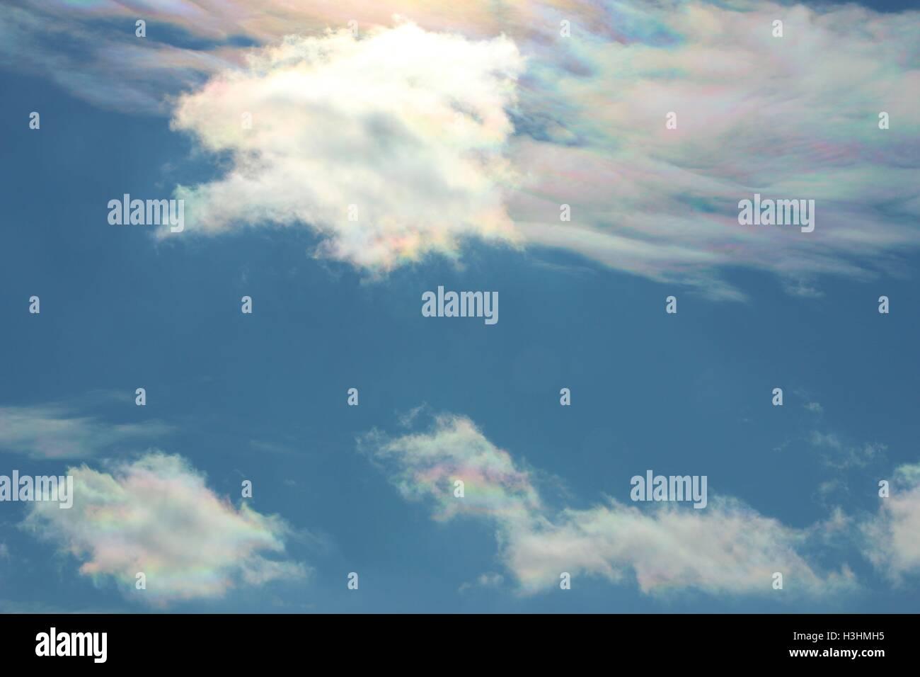 Tenues nubes de Arco iris en un frío azul cielo de invierno Foto de stock