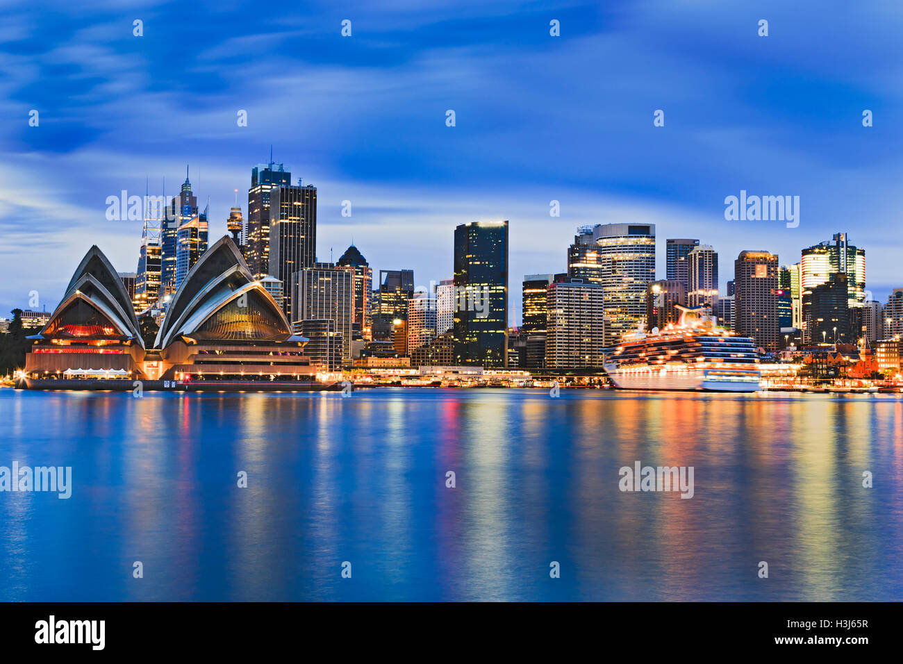 Paisaje urbano de la ciudad de Sydney CBD en Puerto al amanecer, reflejando las luces brillantes de los rascacielos Imagen De Stock