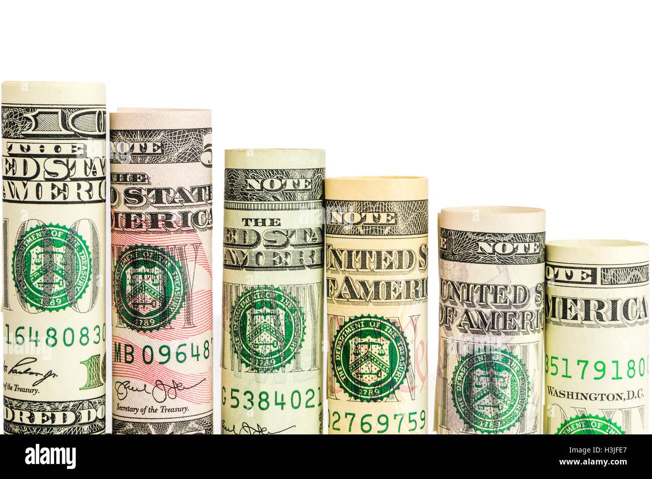 Disminución de pasos realizados de rollos de todos los billetes de dólar americano en una fila sobre fondo blanco. Foto de stock