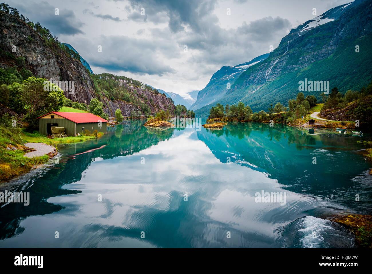 Hermosa naturaleza noruega paisaje natural. Lago lovatnet. Imagen De Stock