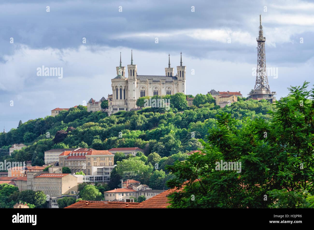 Lyon (Francia), Notre Dame de Fourviere y torre metálica Foto de stock