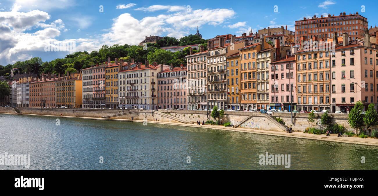 Lyon (Francia), edificios antiguos en el centro histórico de la ciudad, cerca del río saone Foto de stock