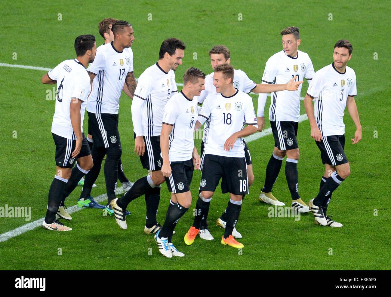 Hamburgo, Alemania. 08 Oct, 2016. El equipo nacional de fútbol alemán deja el campo tras su resonante Imagen De Stock