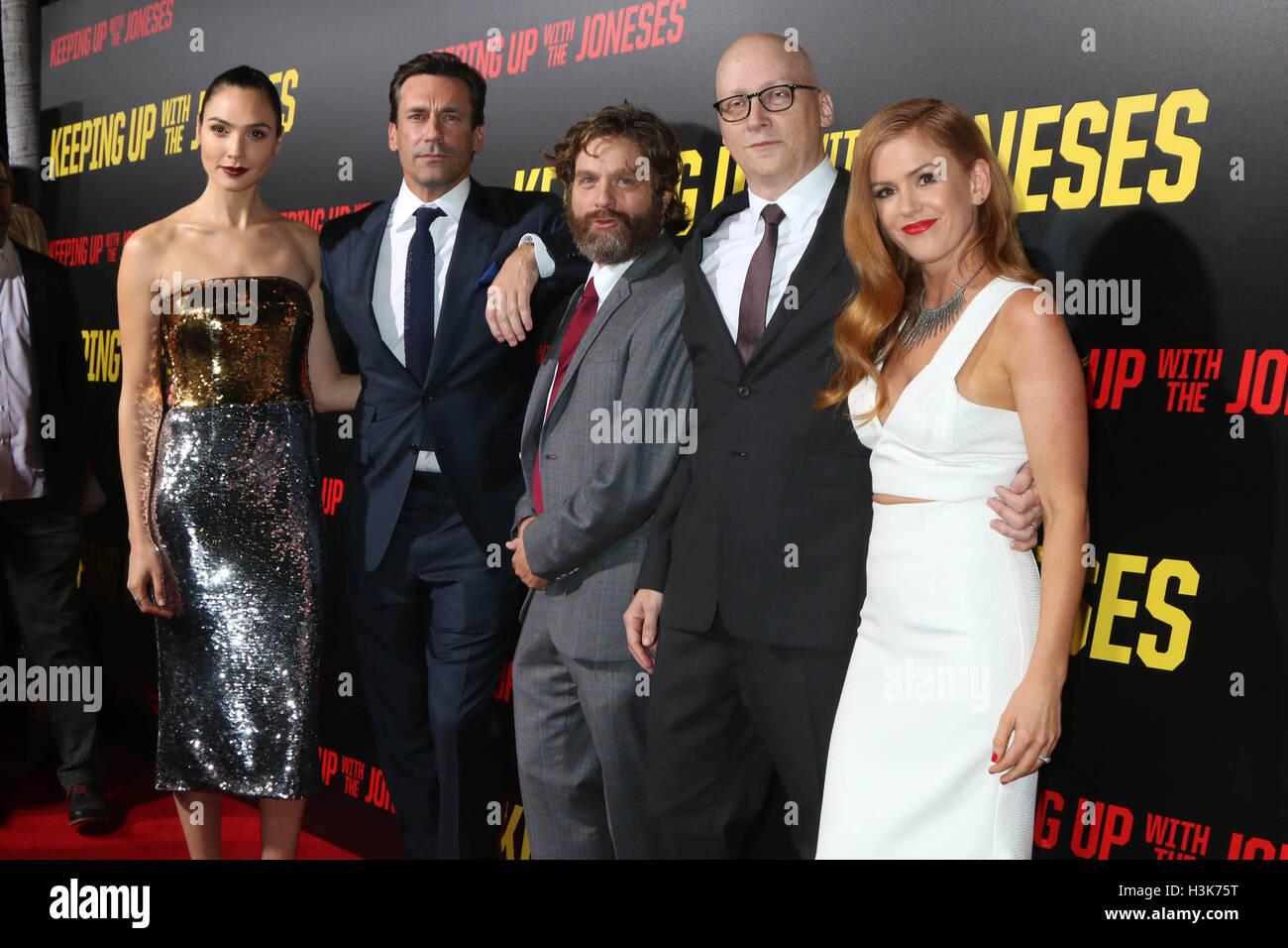 LOS ANGELES, CA - 8 de octubre: Gal Gadot, Jon Hamm, Zach Galifianakis, Greg Mottola, Isla Fisher en el 'acorde Imagen De Stock