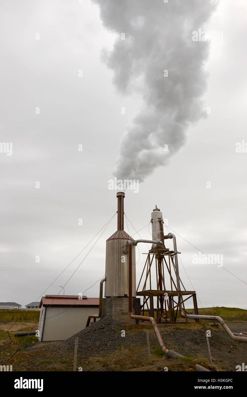 La pequeña comunidad rural de plantas de energía geotérmica las zonas rurales del sur de Islandia Imagen De Stock