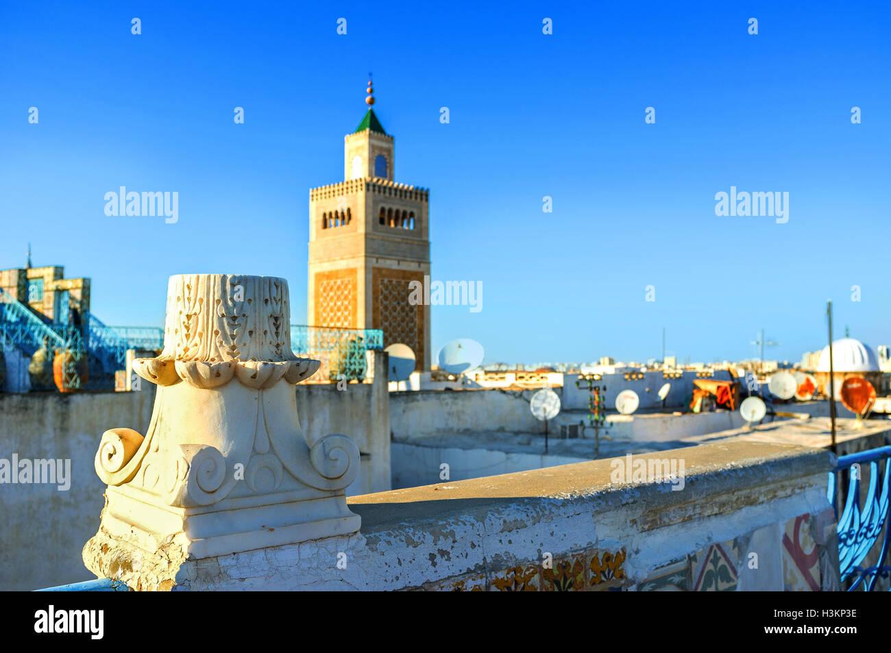 La columna en ruinas antiguas en el techo de la antigua casa de Medina, Túnez. Imagen De Stock
