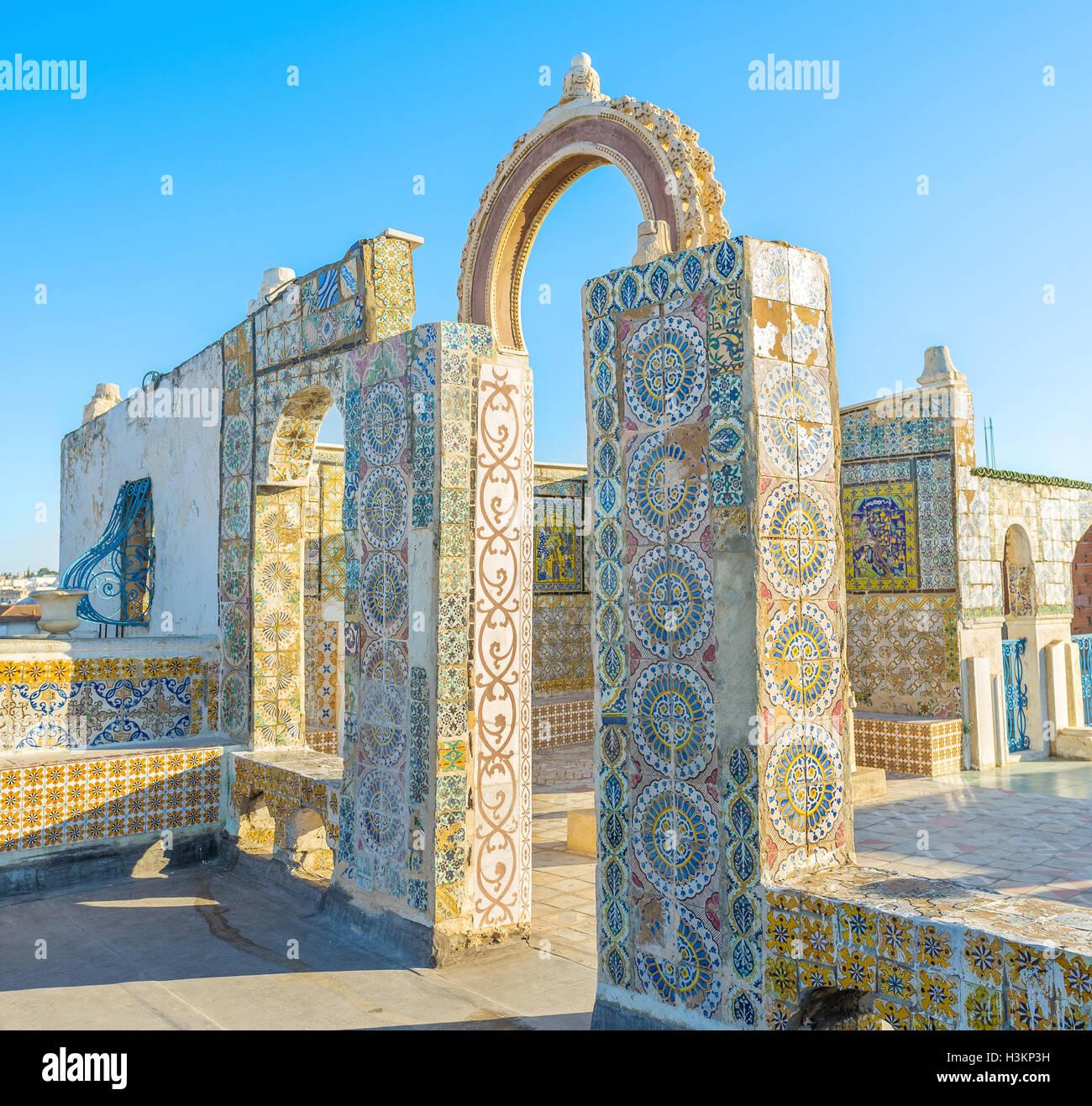 Las pintorescas ruinas cubiertas con azulejos en el techo de la mansión en la Medina de Túnez. Imagen De Stock