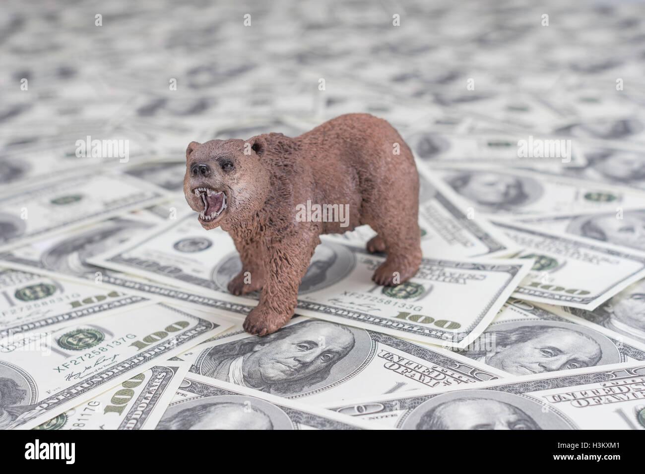 Oso con estibados de US$ 100 Franklin billetes / billetes. Metáfora del concepto de los mercados financieros Bull Foto de stock