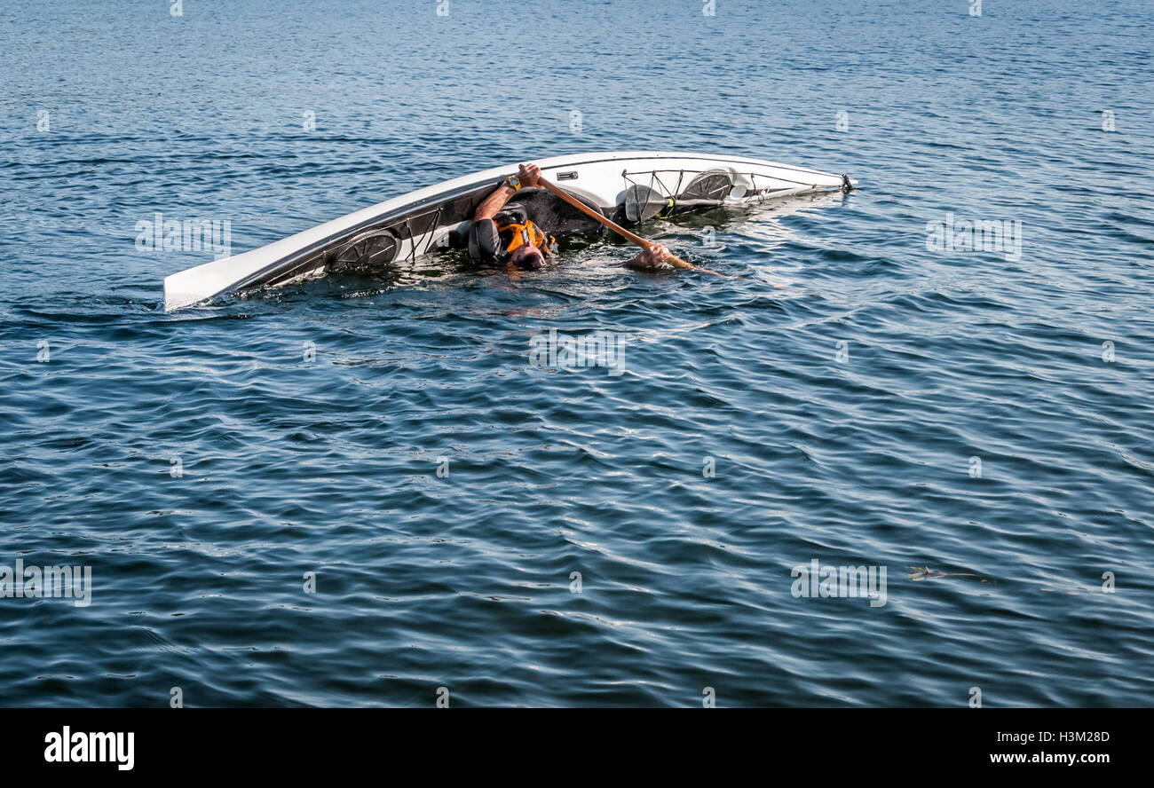 Hombre maduro en kayak en un lago en Quebec, Canadá, país Imagen De Stock