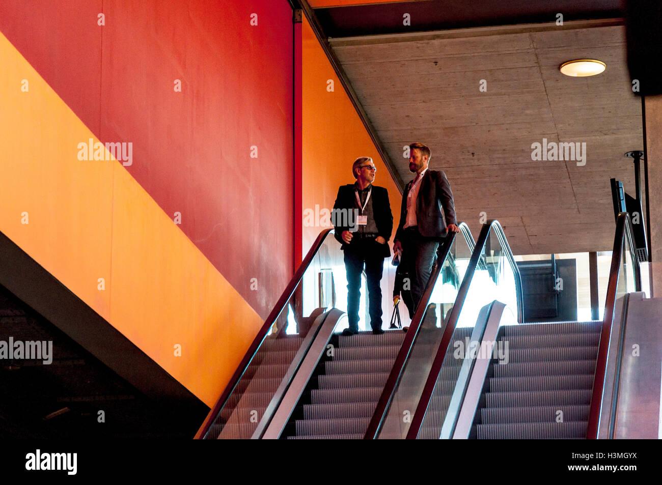 Los asistentes a la conferencia de negocios en un esculator en el centro de conferencias en St.Gallen, Suiza Imagen De Stock