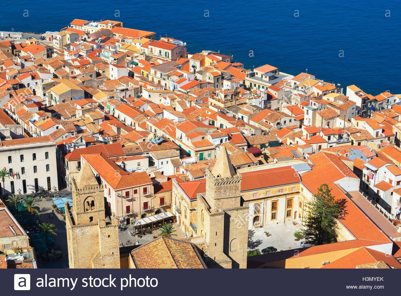 Un alto ángulo de visualización de Cefalu tejados de terracota de La Rocca, Sicilia, Italia Imagen De Stock