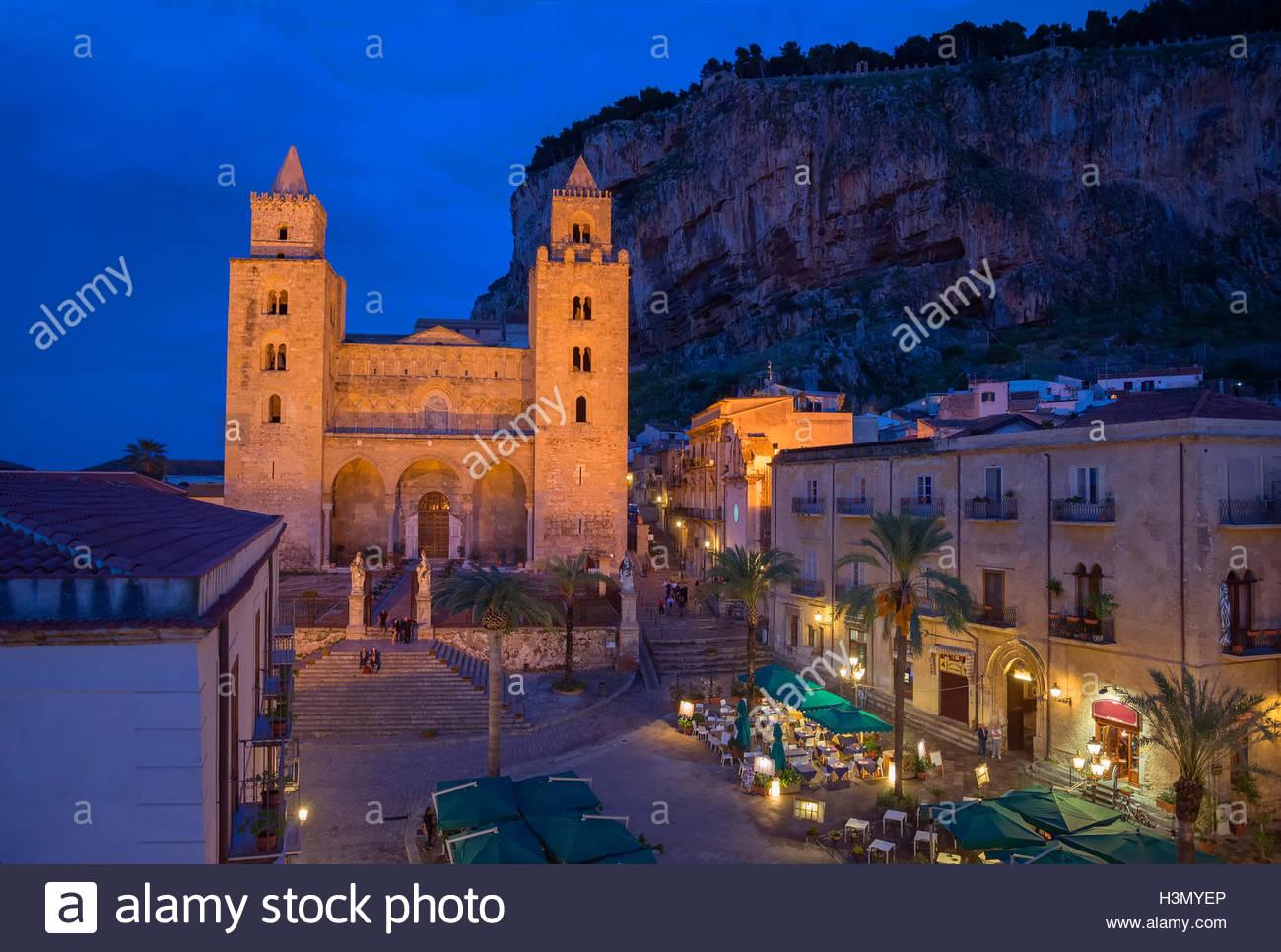 Catedral San Salvatore y la Rocca en la noche, Piazza Duomo Cefalu, Sicilia, Italia Imagen De Stock
