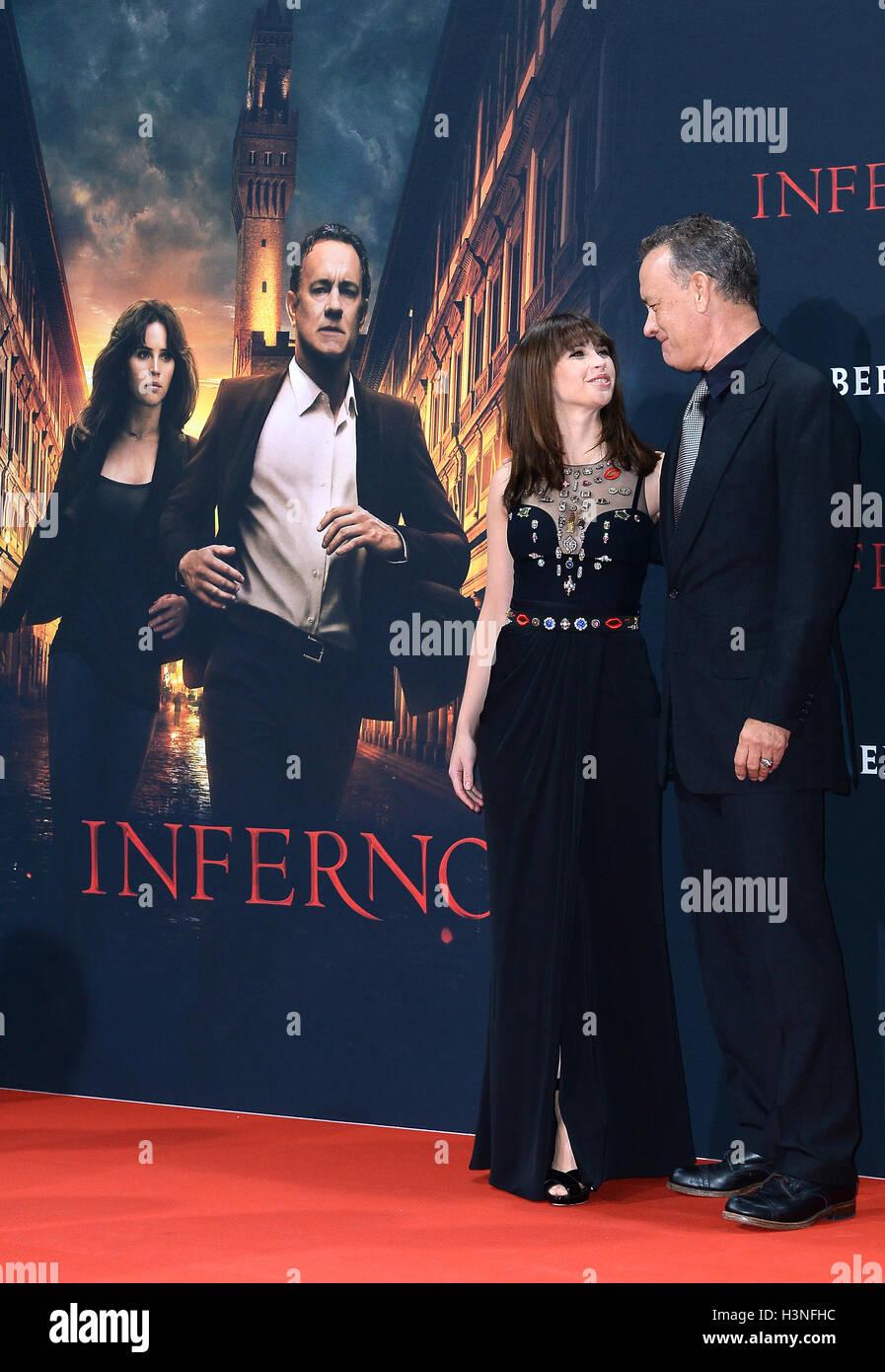 Berlín, Alemania. 10 Oct, 2016. La actriz británica Felicity Jones (L) y el actor estadounidense Tom Hanks Imagen De Stock