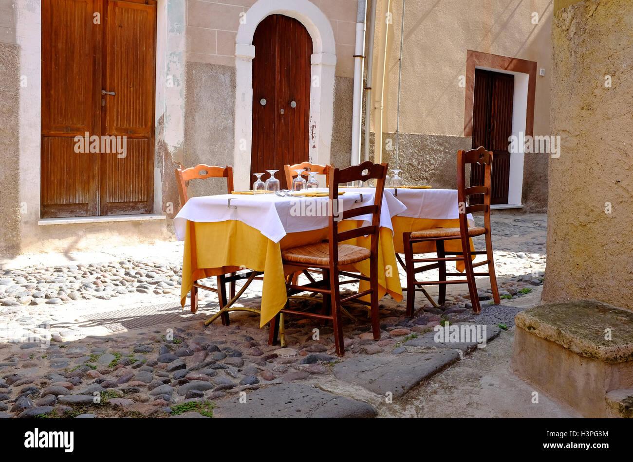 street scene outside restaurant, bosa, cerdeña, italia Foto de stock