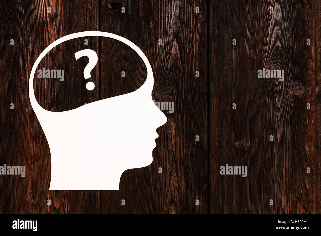 Cabeza de papel con la pregunta en su interior. Imagen conceptual abstracto, copyspace Imagen De Stock