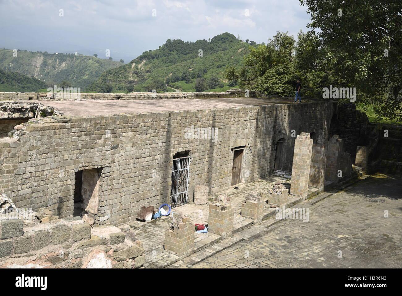 La arquitectura histórica Kangra Fort está situado a 20 kilómetros de la ciudad de Dharamsala, en las afueras de Kangra, India. Foto de stock
