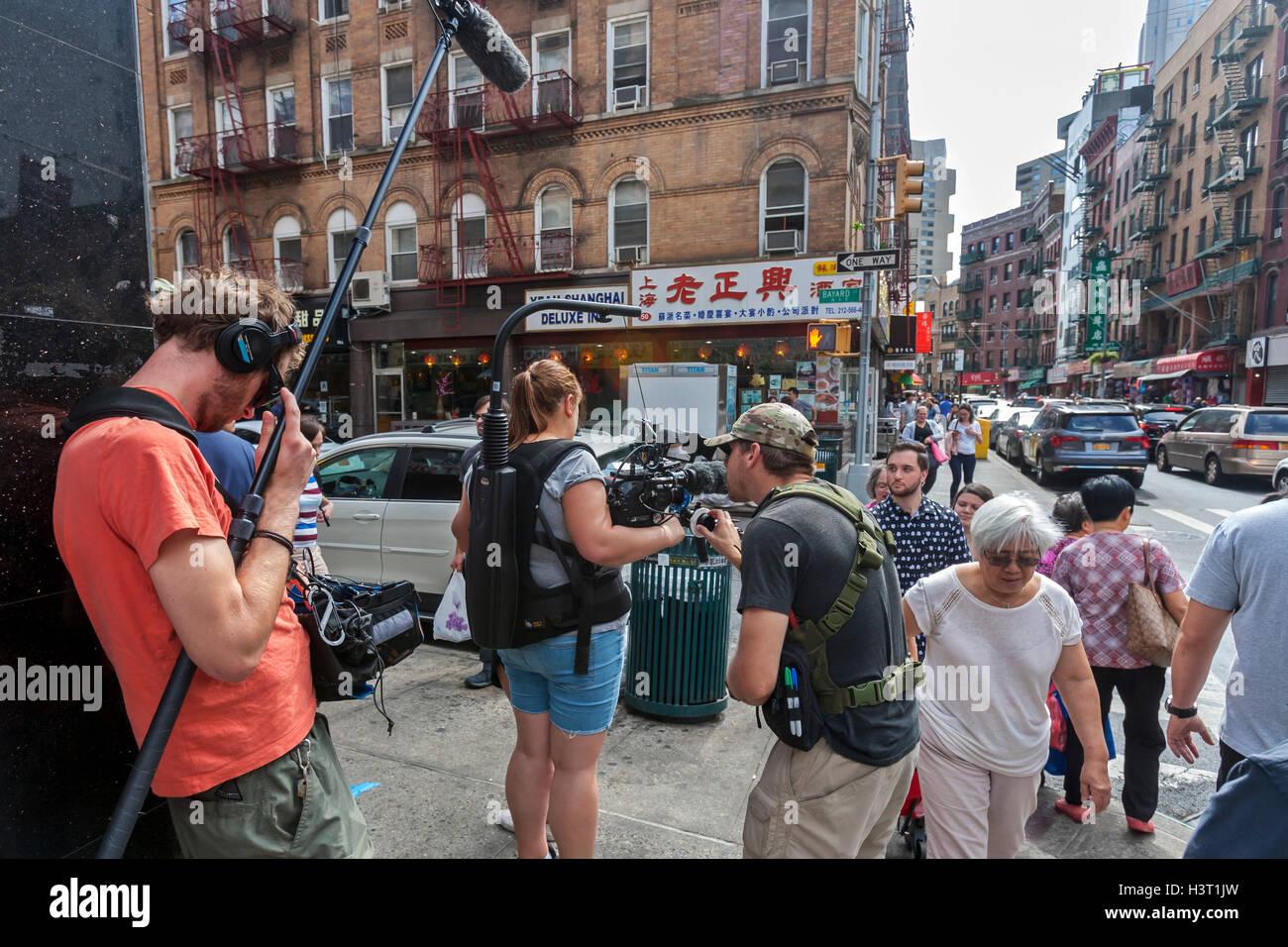 Los cineastas vídeo dispara en Chinatown, la ciudad de Nueva York. Imagen De Stock