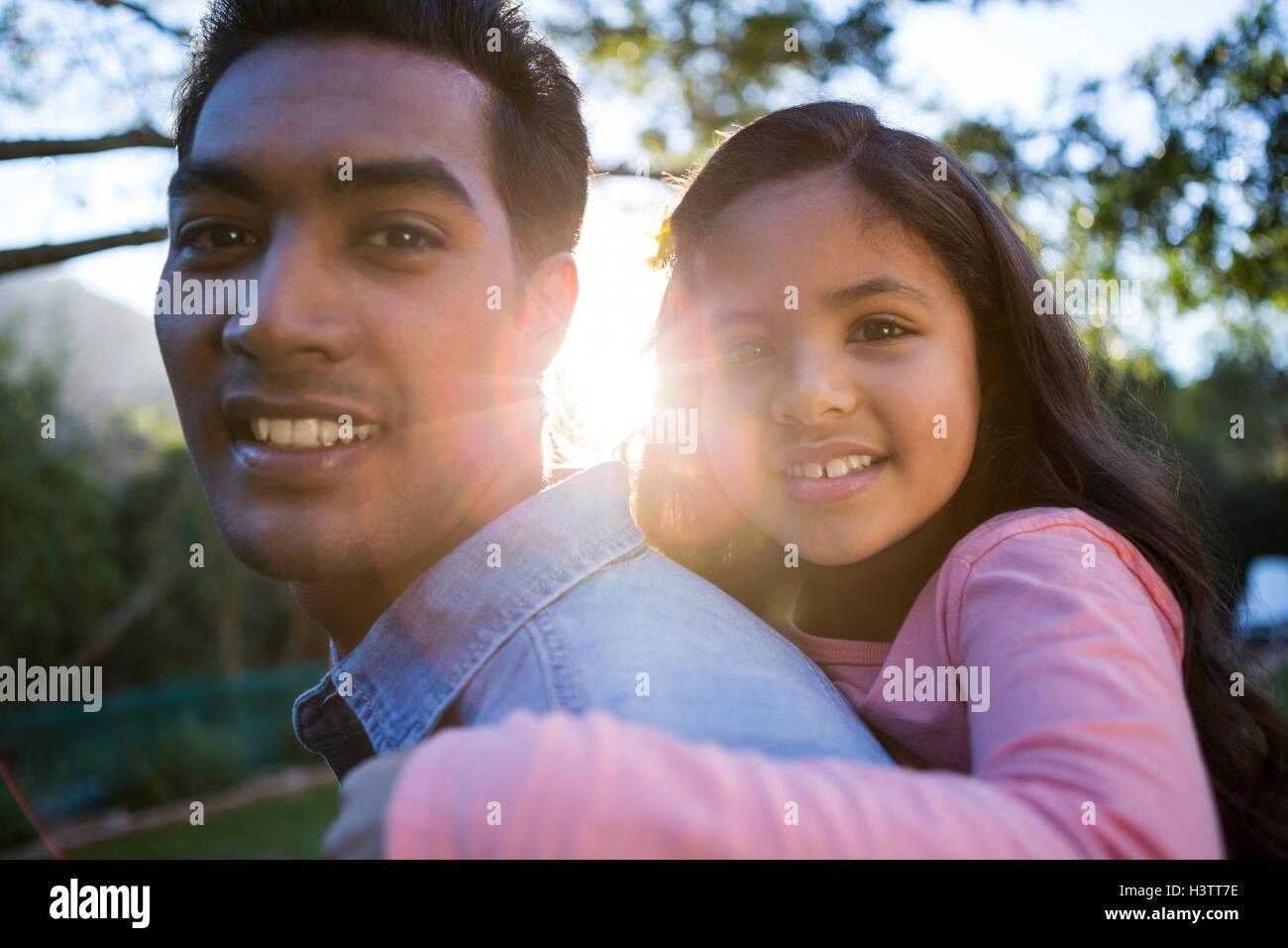 Padre dando piggyback paseo a su hija Imagen De Stock