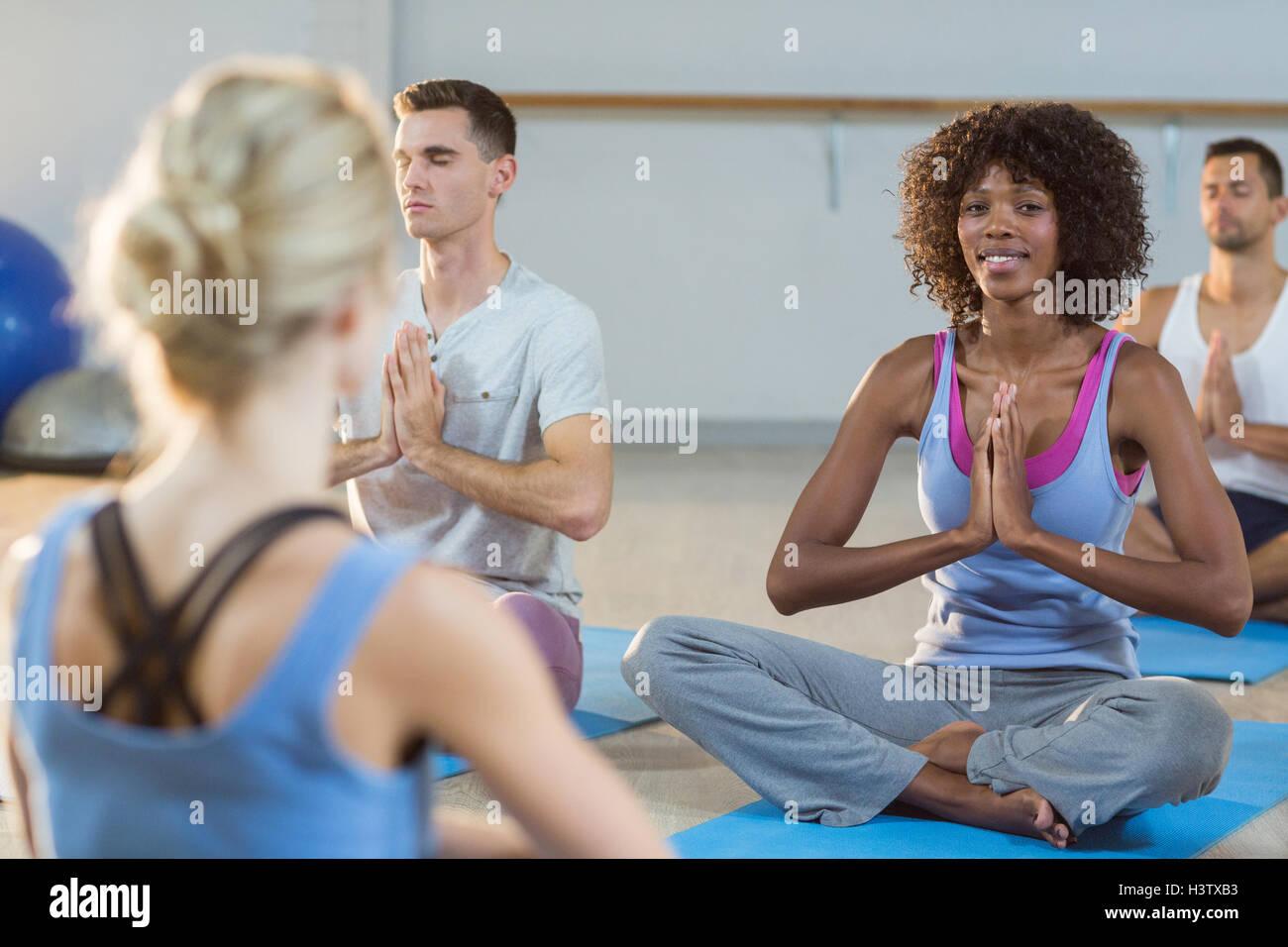Tomar clases de yoga instructor Imagen De Stock