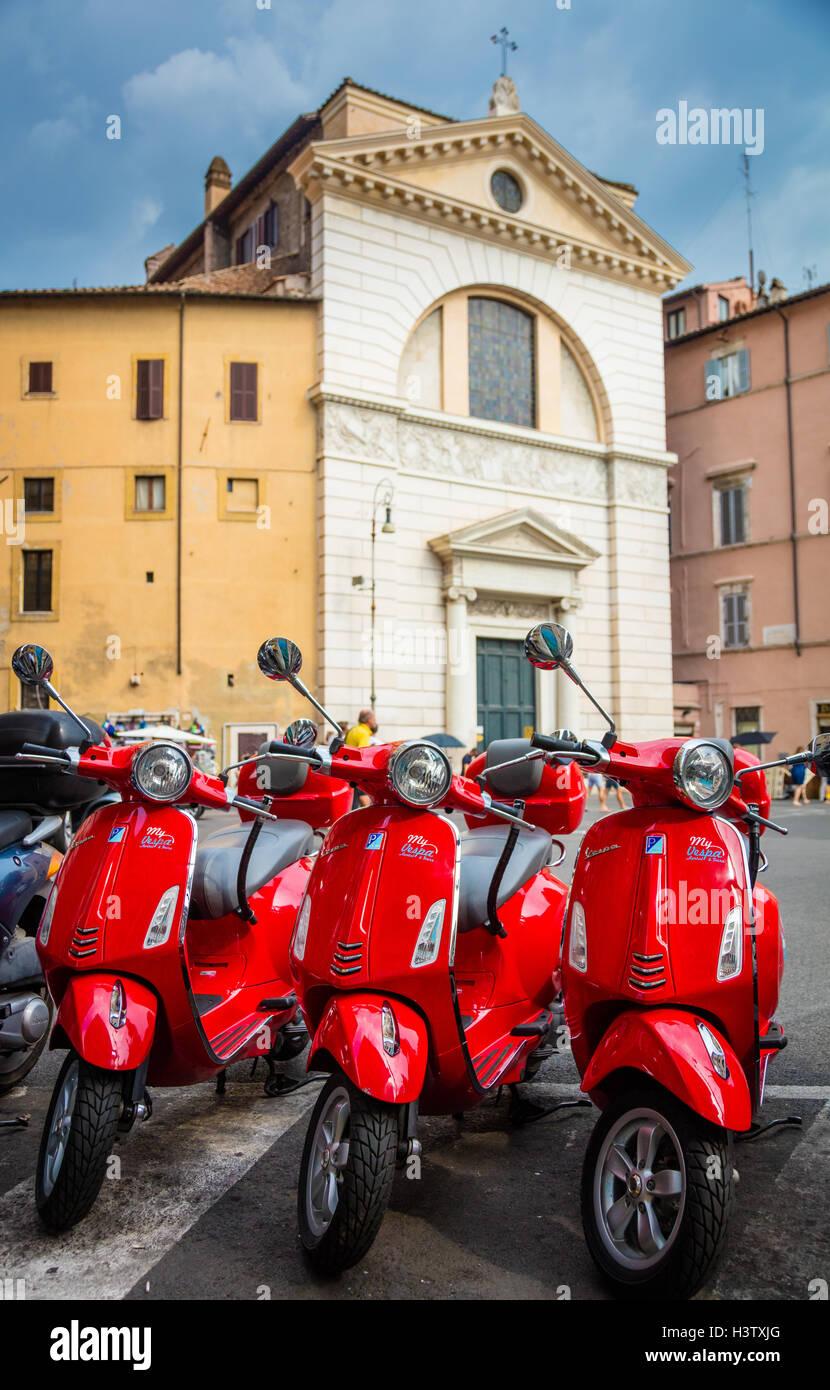 Tres Vespa Scooters en Piazza di San Pantaleo en Roma, Italia Foto de stock