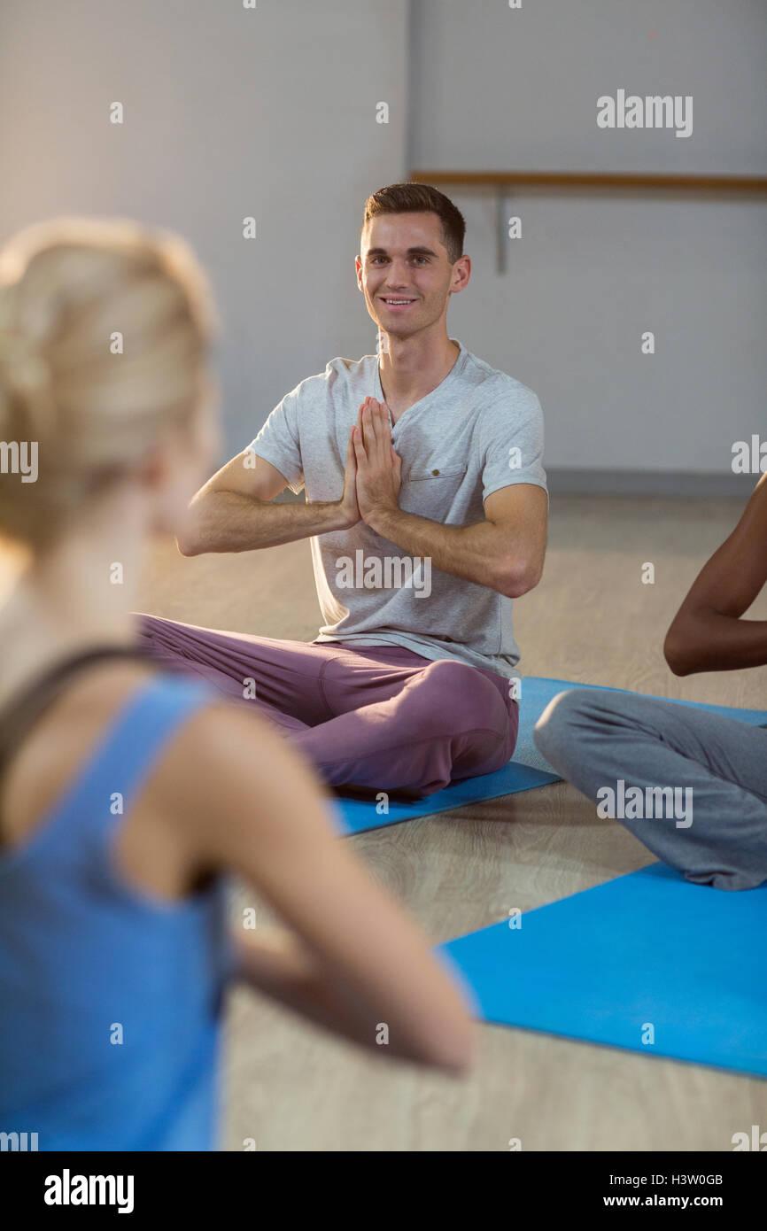 Tomar clases de yoga instructor Foto de stock