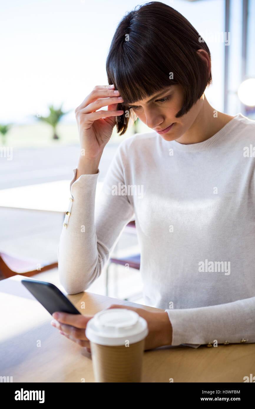 Mujer tensa a través de teléfono móvil Imagen De Stock