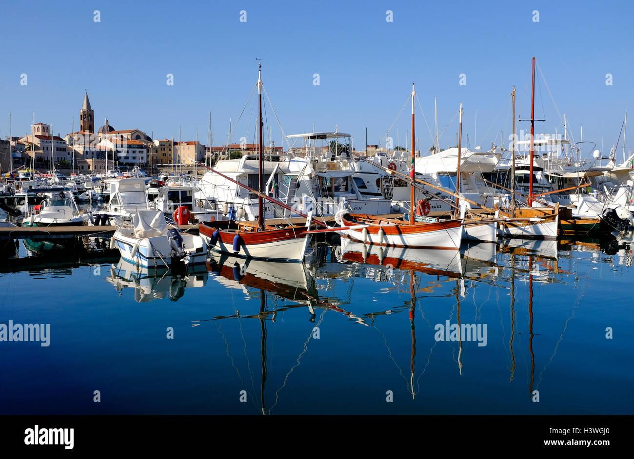 puerto deportivo en alghero, cerdeña, italia Foto de stock
