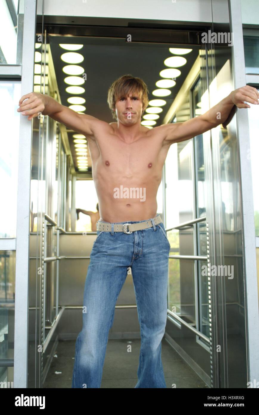 Elevación, hombre, joven, libre en la parte superior del cuerpo, fresco, levante, levante, puerta abierta, Imagen De Stock
