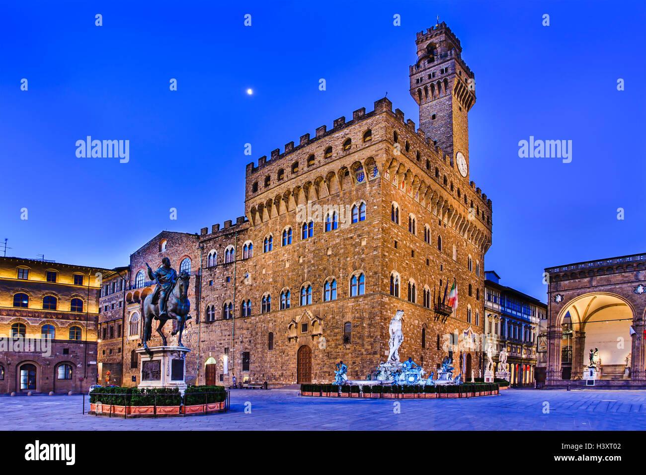 Palacio Vecchio de Florencia, la plaza y monumentos que rodean al amanecer cuando no hay turistas alrededor Imagen De Stock