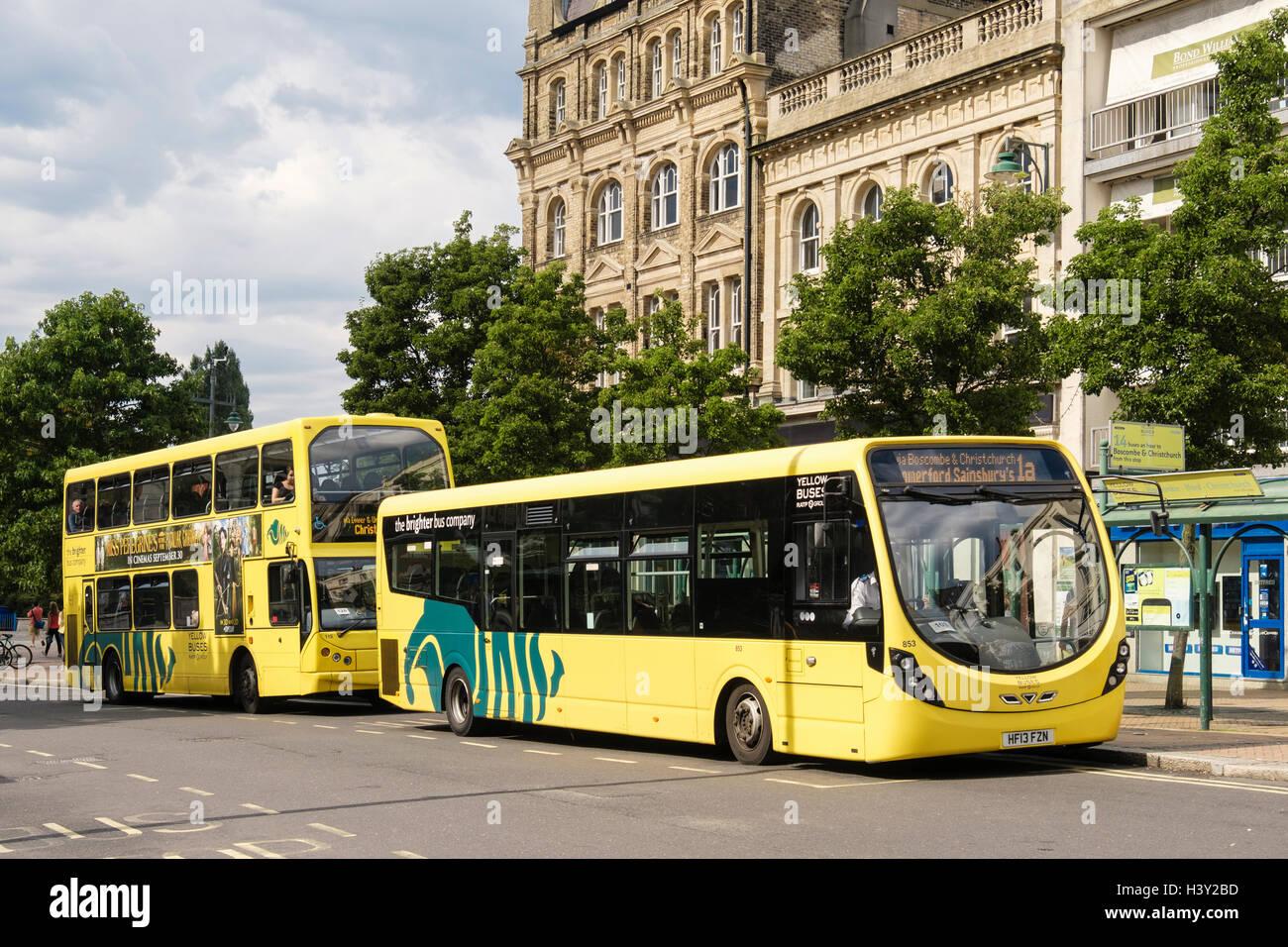 Autobuses amarillos en una parada de autobús en el centro de la ciudad. Bournemouth, Dorset, Inglaterra, Reino Imagen De Stock